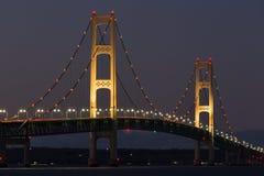 大麦基诺桥晚上 库存图片