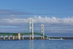 大麦基诺桥&船 库存照片