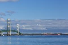 大麦基诺桥&船 免版税库存照片