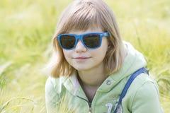大麦的领域的小女孩 库存照片