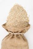 大麦粗麻布在珍珠大袋溢出 免版税库存图片