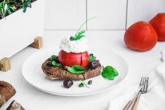 大麦面包干dakos,冠上用希腊白软干酪、蕃茄立方体、橄榄油和牛至,希腊开胃菜 库存图片