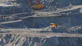 大黄色卡车运输在石棉矿物猎物的矿石 影视素材