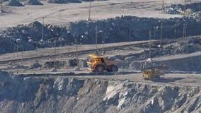 大黄色卡车运输在石棉矿物猎物的矿石 股票录像