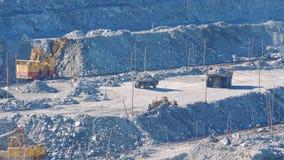 大黄色卡车运输在石棉矿物猎物的矿石 股票视频