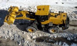 大黄色拖拉机清洁路 免版税图库摄影