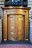 大黄铜旋转的银行门 库存图片