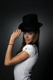 大黑眼睛女孩帽子厚脸皮的少年顶层 库存照片