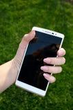 大,白色,举行在我的手上的LG智能手机 库存照片