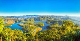 大叻全景高原早期的太阳光芒 免版税库存图片