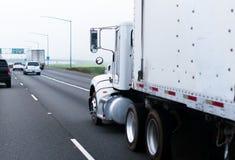 大经典半船具卡车白色拖车高速公路平直的管子 库存图片