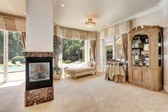 大主卧室内部在有客厅的豪华家 库存图片