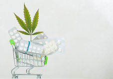 大麻叶子背景药片 库存照片