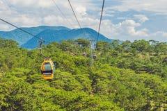 大叻在罗宾小山, Truc潜逃的缆车 越南 免版税库存照片