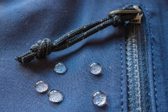 水大滴在防水衣裳的 拉链口袋紧固件 库存照片