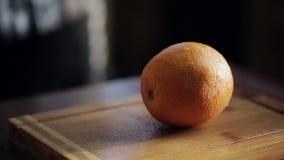 大水多的桔子切成了两半 特写镜头 股票视频