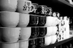 大`我爱NY `在商店一起堆积的咖啡杯 库存图片
