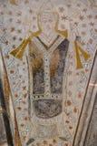 大主教拿着在他的左手的一个弯曲处并且保佑与他的r 免版税库存照片