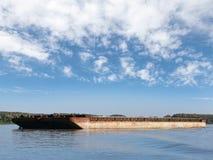 大货物驳船在鲁塞口岸的多瑙河停住 免版税库存照片