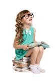 大玻璃和书的女孩 免版税库存图片