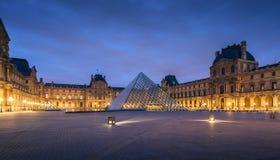 大玻璃金字塔和罗浮宫的主要庭院 免版税库存图片