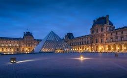 大玻璃金字塔和罗浮宫的主要庭院 图库摄影