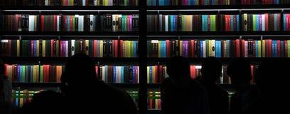 大轻的bookstack人手表它 免版税图库摄影