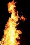 大黄色篝火在晚上 库存图片