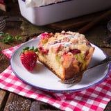 大黄草莓奶油蛋卷 库存图片