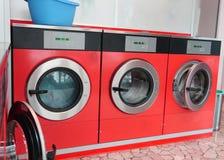 大洗衣机投入硬币后自动操作在洗衣店 免版税库存照片