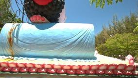 大说谎的菩萨接近的侧视图头在寺庙公园 股票视频