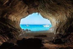 从大洞里边的看法对海滩 库存图片