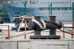 大bitts栓与在码头的一条绳索 库存图片