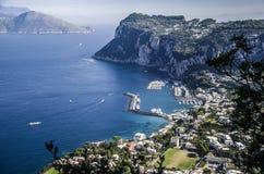 大capri小游艇船坞的看法从别墅圣米谢勒的 免版税库存照片