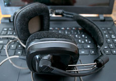 黑大dj耳机在膝上型计算机离开在混合的音乐以后 免版税库存照片