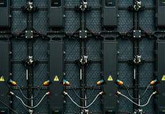 大LED屏幕显示器显示后侧方  LED盘区后面看法纹理  功率输入和产品导线和数据输入 库存图片