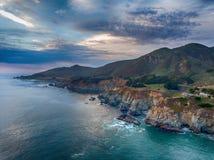 大Sur,加利福尼亚 在日落的空中海岸线视图 库存照片