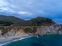 大Sur,加利福尼亚 在日落的空中海岸线视图 免版税库存照片