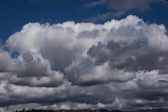 大whte和灰色积云用形状填装蓝天 库存照片
