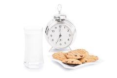 今天上午牛奶和曲奇饼 免版税库存图片