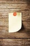 天与别针的星期稠粘的笔记在木背景 库存图片