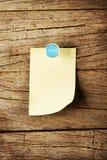 天与别针的星期稠粘的笔记在木背景 免版税库存图片