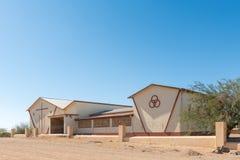 天主教三位一体教会的学校在卡拉斯堡 免版税库存照片