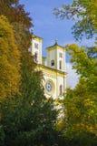 天主教会和秋天在小西部漂泊温泉镇Marianske Lazne Marienbad -捷克 免版税库存图片