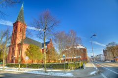 天主教会圣约瑟夫和Bahnhofstrasse在格赖夫斯瓦尔德,德国 库存图片