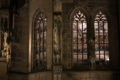 天主教会在一个历史城市在11月秋天晚上 图库摄影