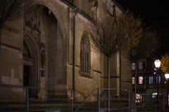 天主教会在一个历史城市在11月秋天晚上 免版税库存照片