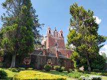 天主教会的外视图市的受难象梅特佩克,在墨西哥,在一个晴天 免版税库存照片