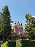 天主教会的外视图市的受难象梅特佩克,在墨西哥,在一个晴天 免版税库存图片