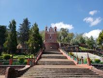 天主教会的外视图市的受难象梅特佩克,在墨西哥,在一个晴天 库存图片